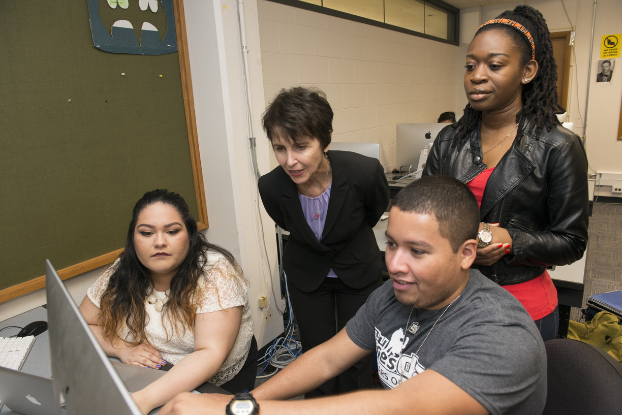 16-Laura_Vazquez_with_students-0421-WD-236.jpg
