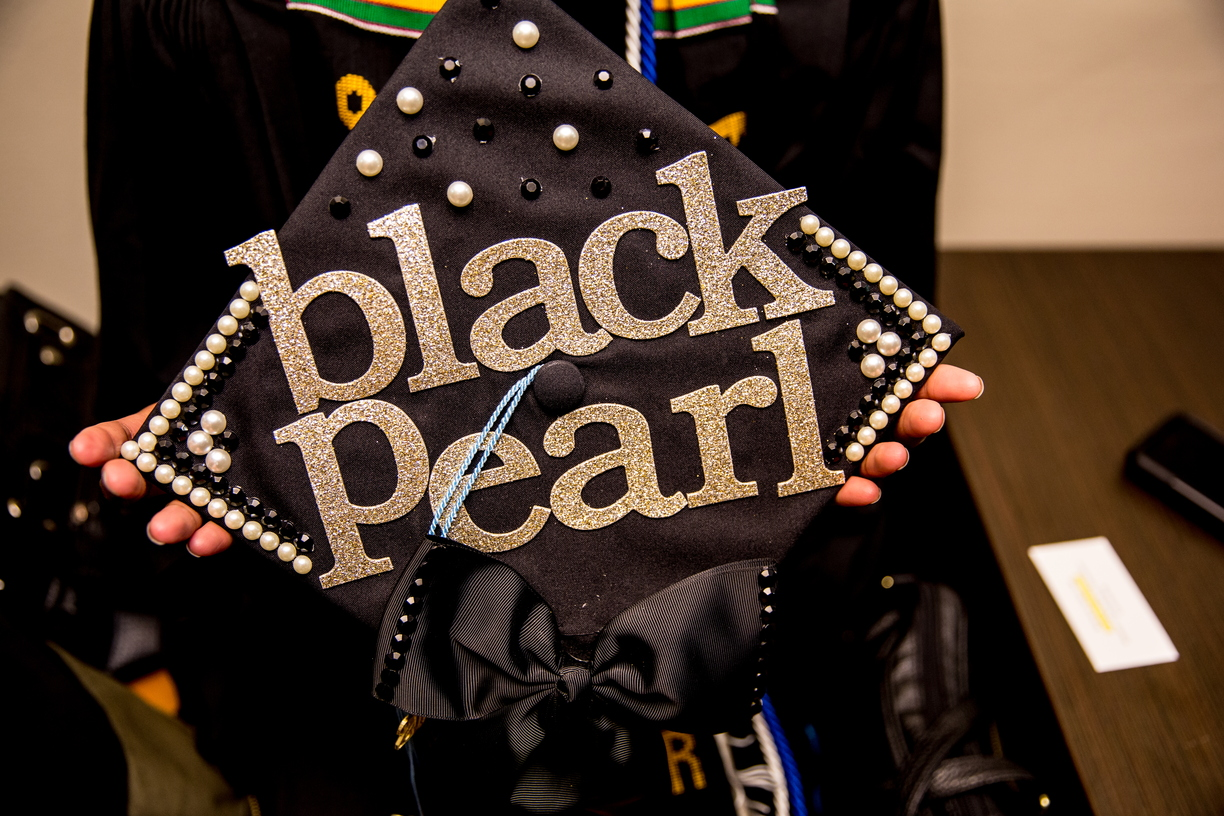 18_BlackGradMortarBoards_0511_MKL_154.jpg