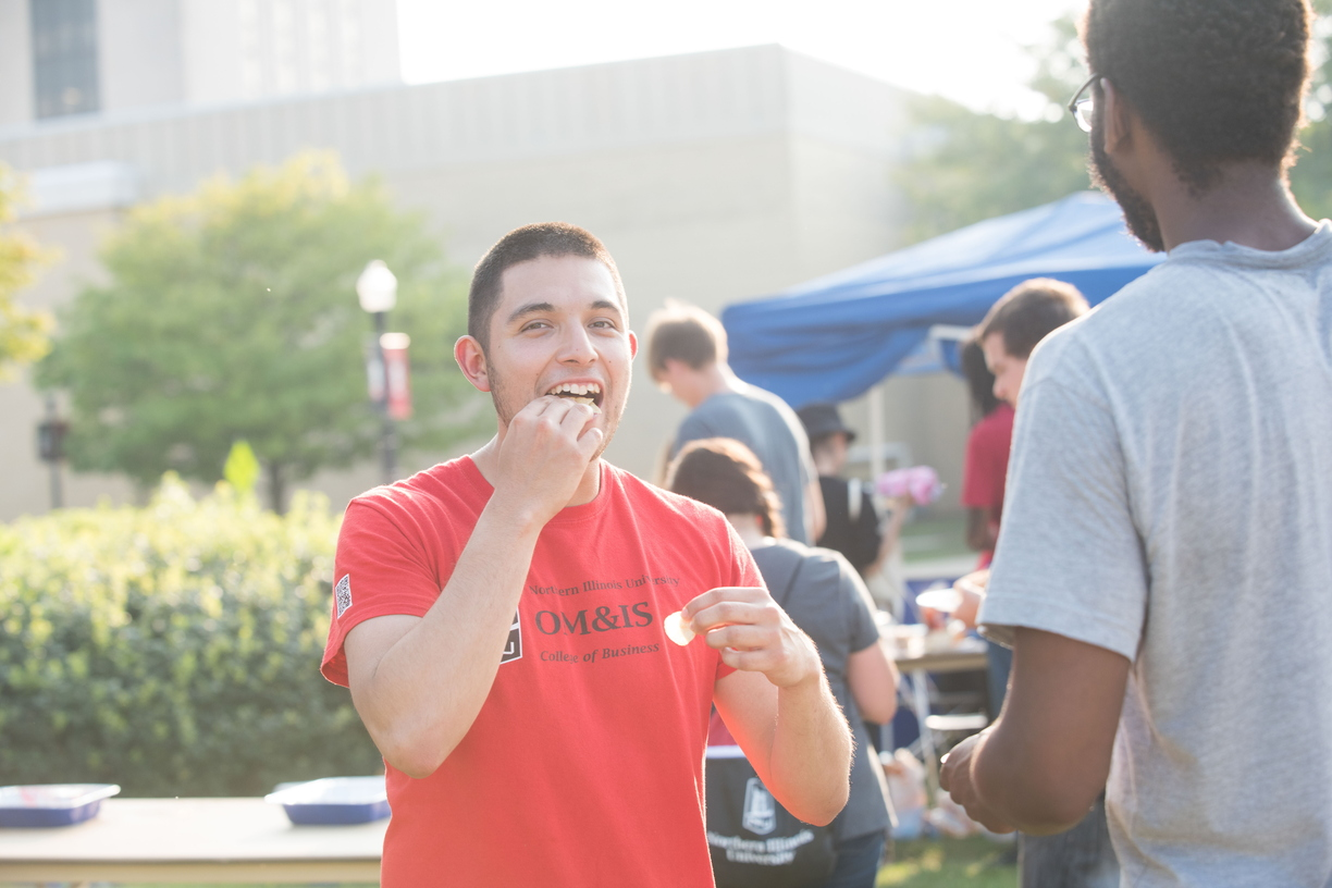 18-Welcome Days- Start NIU Grill Out-0825-LN-31.jpg