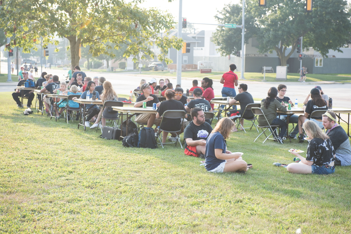 18-Welcome Days- Start NIU Grill Out-0825-LN-34.jpg