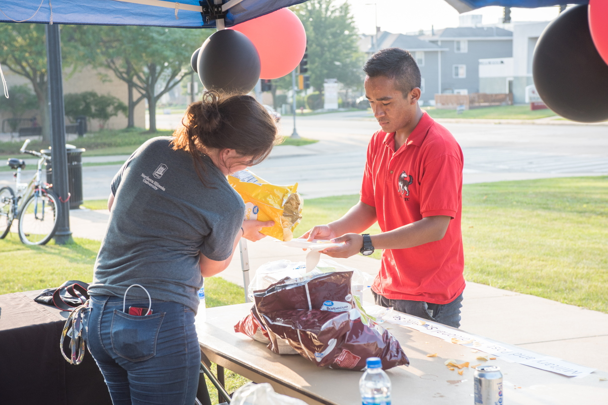 18-Welcome Days- Start NIU Grill Out-0825-LN-64.jpg